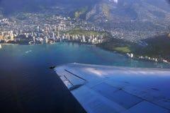 El alto aéreo en el cielo tiró de la opinión de la ventana de Hono que se iba plano Foto de archivo libre de regalías