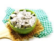 El alto alimento de la fruta blanca del dragón cortó en foco selectivo del cuenco de cerámica Foto de archivo