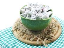 El alto alimento de la fruta blanca del dragón cortó en foco selectivo del cuenco de cerámica Imagenes de archivo