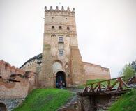 El alto castillo de Lutsk, también conocido como castillo del ` s de Lubart, comenzó su vida imagenes de archivo