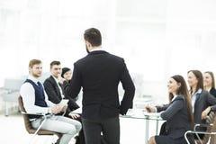 el alto directivo de la compañía celebra una reunión de funcionamiento con el equipo del negocio en oficina moderna fotos de archivo libres de regalías