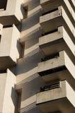 El alto edificio con los balcones Fotos de archivo
