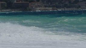El alto mar agita rabiar potente, el símbolo de la agresión y el poder, a cámara lenta metrajes