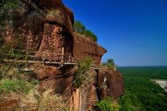 El alto moutain de la roca con el colgante del puente de madera atado en Fotos de archivo libres de regalías