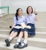 El alto señalar tailandés asiático lindo de los pares del estudiante de las colegialas Imágenes de archivo libres de regalías