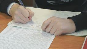 El alumno escribe el texto en libro de ejercicio en la lección almacen de video