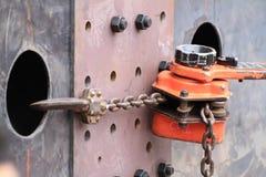 El alzamiento de cadena de la palanca fijó la junta de la placa para la viga Fotografía de archivo