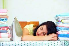 El ama de casa cansada se cayó dormido después de planchar exhaustivo imagen de archivo libre de regalías
