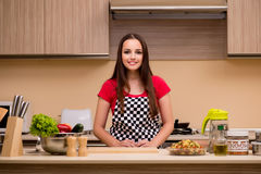 El ama de casa de la mujer joven que trabaja en la cocina Fotografía de archivo libre de regalías