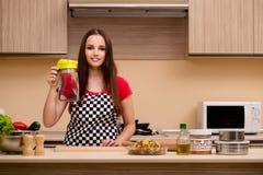 El ama de casa de la mujer joven que trabaja en la cocina Foto de archivo libre de regalías