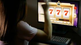 El ama de casa joven ganó el bote en el casino en línea y es muy feliz Fortuna en Internet en el ordenador metrajes