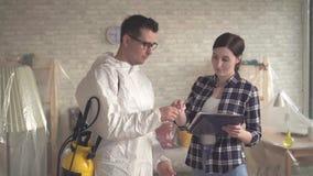 El ama de casa de la muchacha toma el trabajo de un exterminador almacen de metraje de vídeo