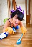 El ama de casa lava un suelo Fotos de archivo