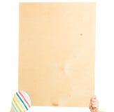 El ama de casa lleva a cabo al tablero de madera con el espacio de la copia Fotografía de archivo
