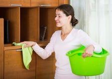 El ama de casa que hace al asiduo limpia en sala de estar Imagen de archivo