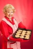 El ama de casa retra cuece al horno las galletas de viruta de chocolate Imagen de archivo