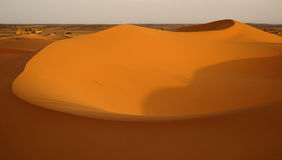 El amanecer de un nuevo día en las dunas del desierto del ERGIO en Marruecos Imágenes de archivo libres de regalías