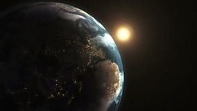 El amanecer hermoso imponente en espacio, el sol viene de detrás la tierra del planeta almacen de metraje de vídeo