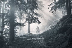 El amanecer irradia el ciclo de la montaña imágenes de archivo libres de regalías