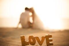 El amante en pares de la boda y fondo de la puesta del sol fotos de archivo