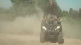 El amante joven de la adrenalina conduce ATV en círculos almacen de video