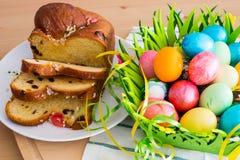 El amarillo agradable de la primavera florece, los huevos de Pascua y Imagen de archivo libre de regalías