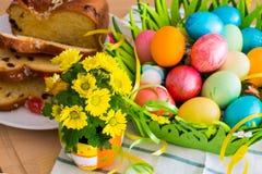 El amarillo agradable de la primavera florece, los huevos de Pascua y Fotografía de archivo