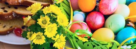 El amarillo agradable de la primavera florece, los huevos de Pascua y torta tradicional del día de fiesta Fotos de archivo