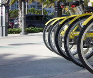 El amarillo bikes listo para un paseo Imagen de archivo libre de regalías