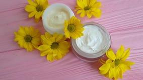 El amarillo cosmético poner crema de la margarita del acné florece de madera rosado almacen de video