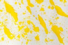 El amarillo de la acuarela salpica el extracto Imagen de archivo libre de regalías
