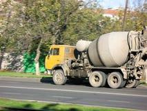 El amarillo del mezclador concreto del coche monta en el camino Imagenes de archivo