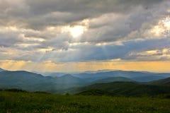 El amarillo florece puesta del sol sobre las montañas ahumadas Imagen de archivo libre de regalías