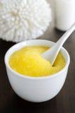 El amarillo hecho en casa friega en un cuenco Foto de archivo libre de regalías