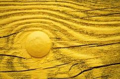 El amarillo pintó al tablero de madera con el remache del metal imagenes de archivo