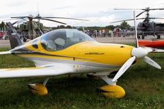 El amarillo se divierte los aviones de la compañía checa BRM aero- Bristell en Fotografía de archivo