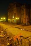 El amarillo se va en los pasos del granito de la ciudad Imágenes de archivo libres de regalías