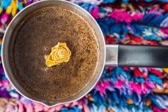 El amarillo subió en café en fondo colorido imagen de archivo libre de regalías