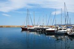 El amarre del mar con los yates Imagen de archivo libre de regalías