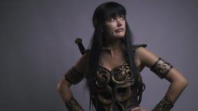 El Amazonas en armadura con una espada y camaradas que esperan de un disco de la batalla, cámara lenta almacen de video