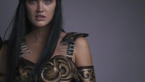 El Amazonas en armadura se coloca en un fondo gris, cámara lenta metrajes