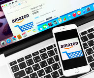 El Amazonas en la exhibición del dispositivo del iPhone 6 de Apple Imagenes de archivo