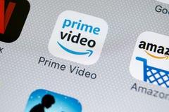 El Amazonas prepara el icono video del uso en el primer de la pantalla del iPhone X de Apple Icono de Google el Amazonas PrimeVid fotos de archivo
