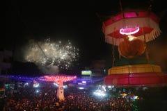 El ambiente en el Año Nuevo chino de la celebración de los fuegos artificiales de la noche Imagen de archivo libre de regalías