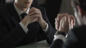 El amenazar del abogado y cliente de intimidación, forzándolo a confesar franco metrajes