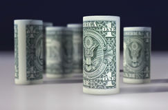 El americano 1 dólar de dolar rodó para arriba en el negro Foto de archivo libre de regalías