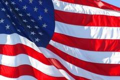 El americano o Estados Unidos señala por medio de una bandera Fotografía de archivo libre de regalías