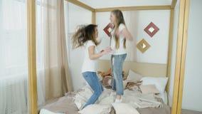 El amigo adolescente despreocupado de la forma de vida del ocio salta la cama almacen de metraje de vídeo