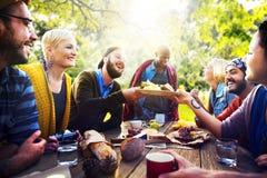 El amigo celebra concepto de consumición de la forma de vida alegre de la comida campestre del partido Imágenes de archivo libres de regalías