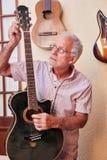 El amo adapta la guitarra eléctrica Imágenes de archivo libres de regalías